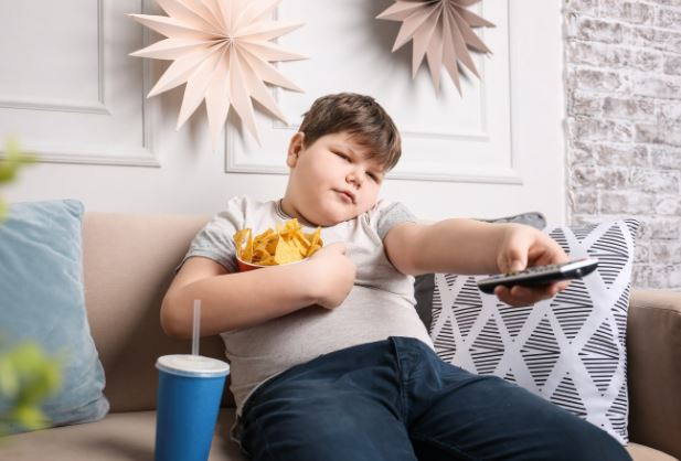 enfant obèse devant la télé